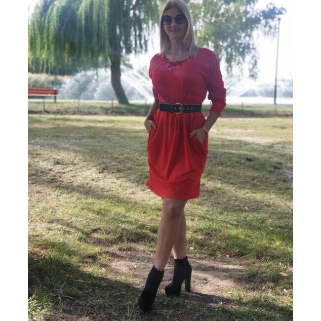 Mellnél fűzős, bő fazonú ruha