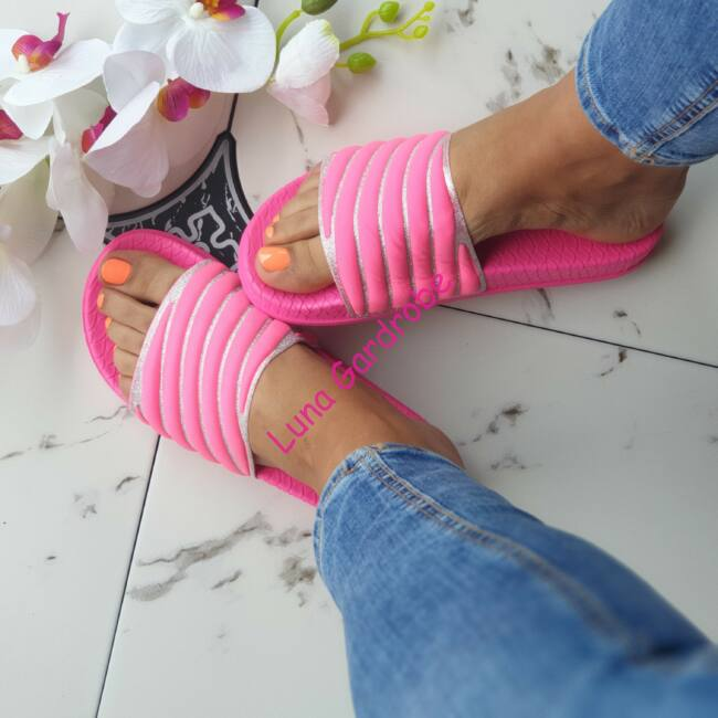 Pink, tetején ezüst strasszos papucs