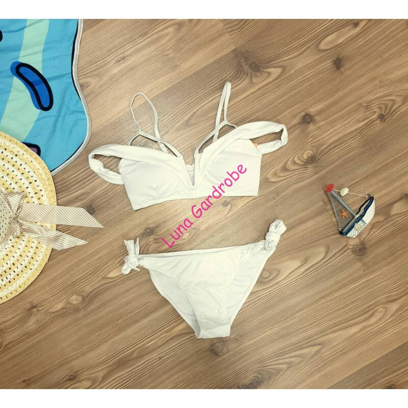 V kivágású fodros bikini