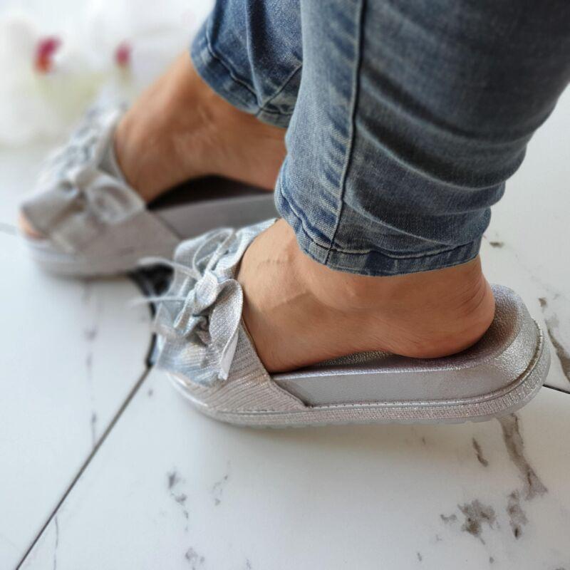 Ezüst, csillogós fodros papucs