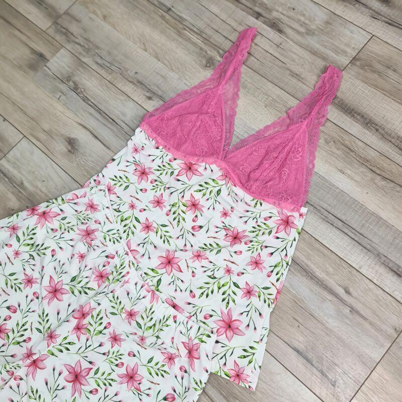 Csipkeszegélyes, virág mintás pizsama szett