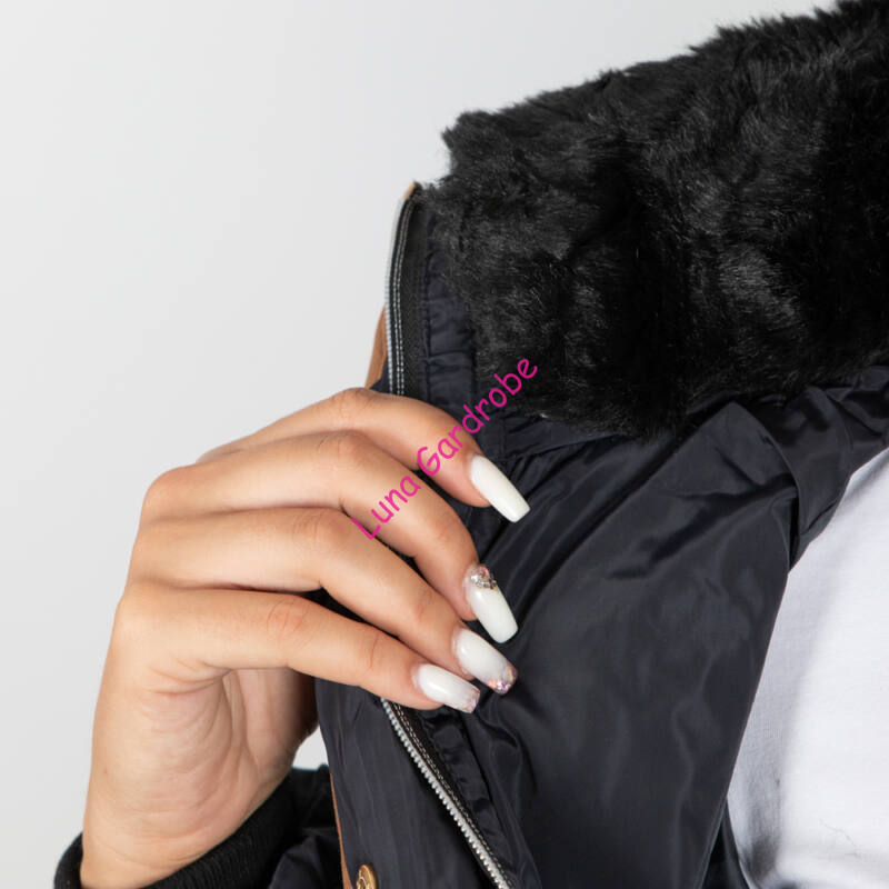Barna szegélyes, nyakánál prémes, kapucnis kabát