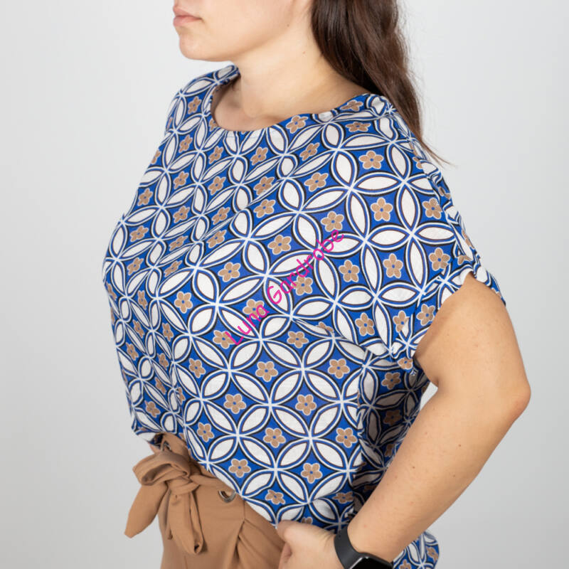 Virágmintás, hátán gombos póló