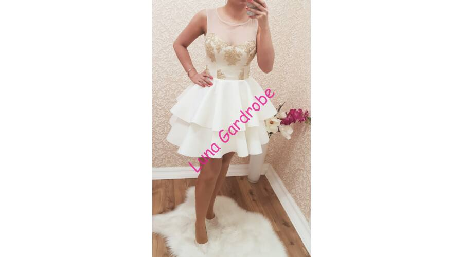 a86fdbf0f1 La Diva fehér fodros, arany-mintás alkalmi ruha Katt rá a felnagyításhoz